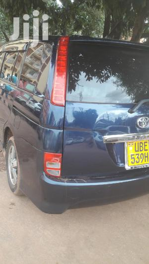Toyota ISIS 2005 Blue